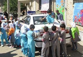 نقاشی خلاقانه کودکان مینودشتی بر روی ماشین پلیس