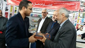 تقدیر از مربی کتابخانه سیار کانون خراسان جنوبی با حضور معاون وزیر فرهنگ و ارشاد