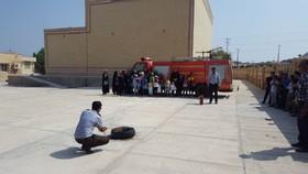 آشنایی اعضای کانون  ابوموسی با شغل آتشنشانی در هفته ملی کودک