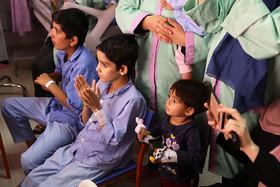 اجرای نمایش «قیچی که دنبال کار میگشت» در بیمارستان قلب تهران/ عکس از یونس پناهی