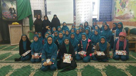 حضور کارشناسان کانون پرورش فکری سیستان و بلوچستان در مدارس و اهدای کتاب به دانش آموزان