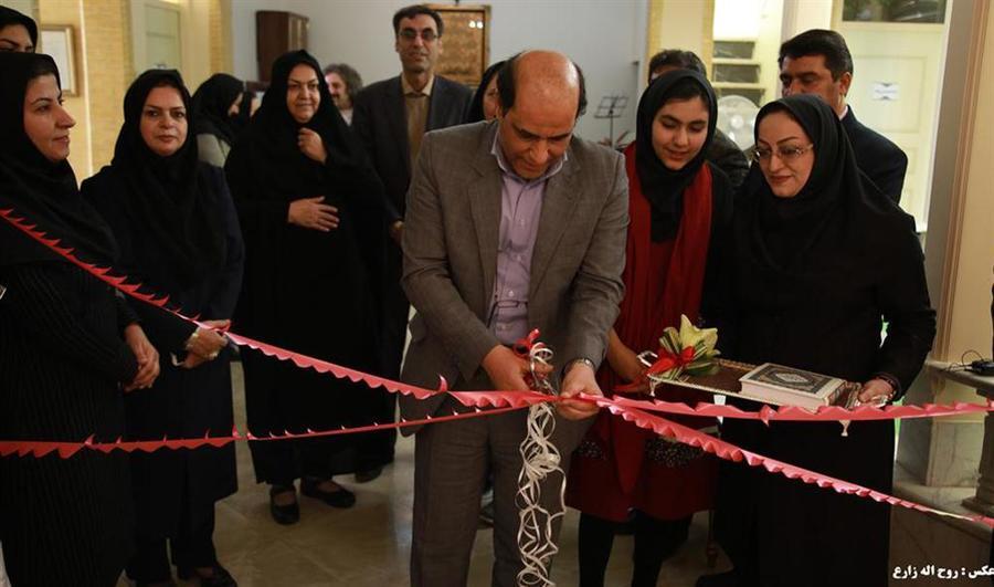 """نمایشگاه """"گلهایکاغذی""""در یزد گشایش یافت"""
