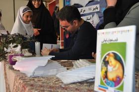 عباس قدیرمحسنی،کتاب «قصههای غولی» با امضای خود به اعضا هدیه کرد