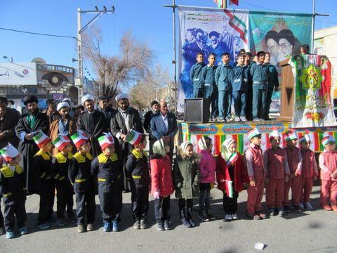 حضور اعضای کودک و نوجوان مراکز کانون استان اصفهان در مراسم گلباران تمثال حضرت امامخمینی (ره)
