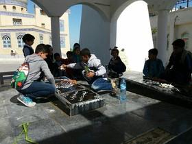 غباروبی مزار شهدای گمنام توسط کودکان قشم