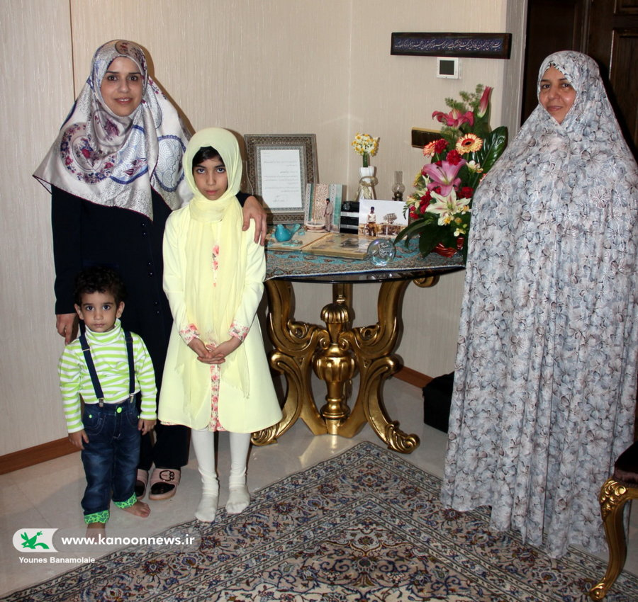 دیدار مدیر کل و همکارن کانون استان تهران با خانواده شهید عرفانیان / عکس از یونس بنامولایی