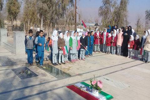 دههی فجر در کتابخانههای سیار کانون پرورش فکری استان سمنان به روایت تصویر