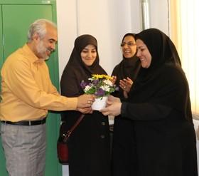 تبریک بهار زندگی با اهدای گل توسط مدیرکل کانون پرورش فکری گلستان