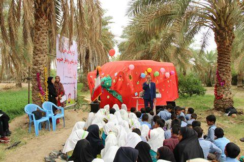 خودروی کتابخانه سیار کانون در مسیر روستاهای رودبار جنوب کرمان