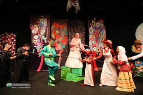 هنرمندان نمایش «ابریشم» را تماشا میکنند