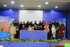 دختران انجمن ادبی آفتاب کانون خراسان رضوی در نشست «بانوان نویسنده»