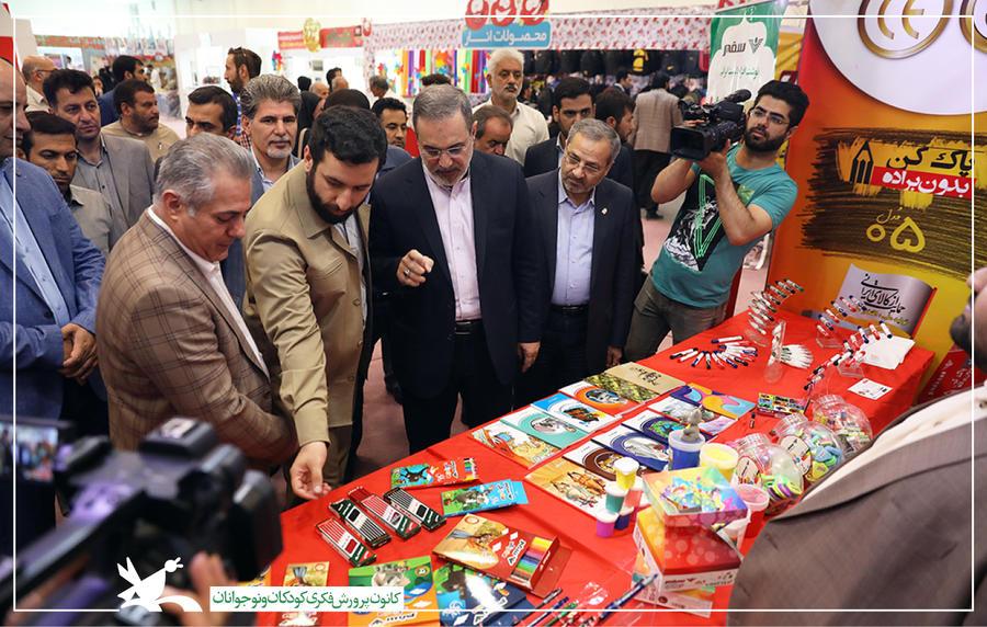 بازدید وزیر آموزش و پرورش از نمایشگاه ایران نوشت