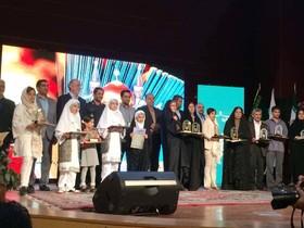 تجلیل از مدیر کل کانون البرز- آیین اختتامیه هشتمین جشنواره کتابخوانی رضوی - البرز