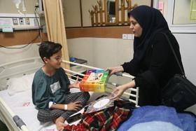 مربیان کانون با اهدای کتاب به دیدار کودکان بیمارستانی رفتند