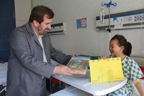 حضور مدیرکل و کارشناسان کانون در بیمارستان فوق تخصصی کودک، لبخند بر لبان کودکان بیمار نشاند