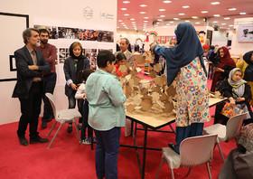 بازدید مسوولان و هنرمندان از نمایشگاه هفته ملی کودک