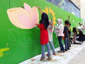 اجرای نقاشی دیواری توسط اعضای برگزیده مسابقه های نقاشی جهانی مراکز کانون پرورش فکری کرمانشاه به مناسبت هفته ملی کودک