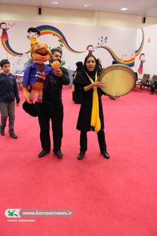چهارمین روز از نمایشگاه هفته ملی کودک ـ بازدید علی درستکار، پژوهشگر و مجری صدا و سیما / عکس از یونس بنامولایی