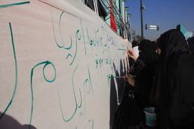 ایستگاه نقاشی و شعارنویسی کانون در مسیر راهپیمایی13آبان