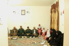 دیدار مدیرکل و همکاران کانون استان با خانوادهی شهید در هفتهی بسیج