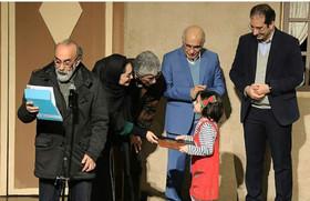 دیپلم افتخار در دستان قصهگوی گیلانی