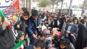استقبال پرشور کودکان از ایستگاه «نقاشی و کاردستی» کانون خراسان جنوبی در راهپیمایی 22 بهمن