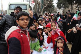 ایستگاه نقاشی«به رنگ انقلاب» در راهپیمایی ۲۲بهمن-مشهد مقدس