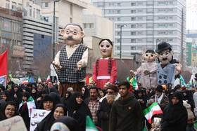 اجرای نمایش و شادیپیمایی عروسکهای نوستالژی در مسیر راهپیمایی۲۲ بهمن