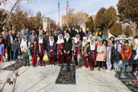 غبار روبی گلزار مطهر شهدا توسط اعضای کانون پرورش فکری کودکان و نوجوانان شهرکرد