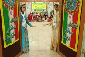 بازدید اعضای مرکز فرهنگی هنری لردگان از آثار نمایشگاه نقاشی در دهه ی فجر