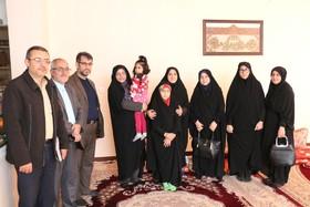 مدیر کل کانون فارس با همسر و دو دختر شهید ارتشی دیدار کرد