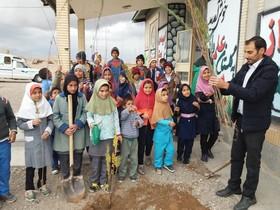 اجرای طرح هر کودک یک نهال در روستاهای تحت پوشش کتابخانه سیار روستایی زیرکوه