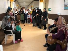 عیادت و دلجویی هنرمندانه مربیان و اعضای کانون گلستان از کودکان بیمار در آستانه عید نوروز