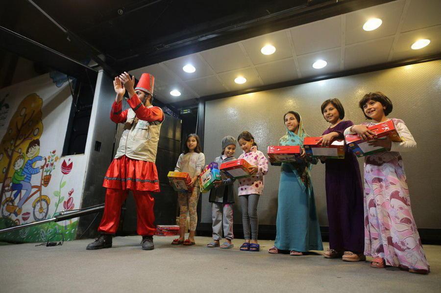 اهدای کتاب و سرگرمی به کودکان سیلزده استان گلستان