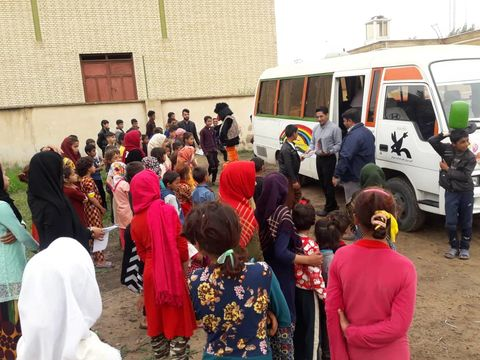 سفر کتابخانههای سیار کانون خوزستان به محل اسکان خانوادههای سیلزده در منطقه الهایی
