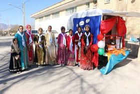 اهداء کتاب به مسافران نوروزی در تالاب چغاخور