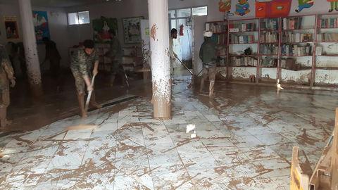 پاکسازی گلولای از در و دیوار تنها کتابخانه کانون پلدختر