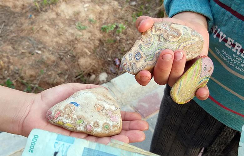 اعضای کانون خراسان شمالی برای کمک به سیلزدگان سنگ فروختند