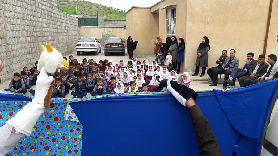 اجرای برنامههای شاد برای کودکان سیلزده استان لرستان