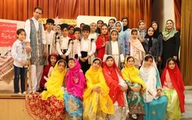 مشعل فرهنگ شاهنامه خوانی در دست نقالان کوچک بام ایران  - تصویر