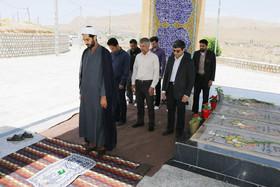 اقامه نماز ظهر در تپه نورالشهدا شهرکرد به روایت تصویر