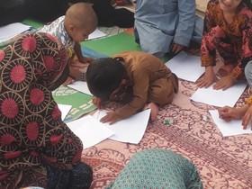 حضور کتابخانهی سیار شهری زاهدان در میان کودکان حاشیهی شهر به مناسبت هفتهی مبارزه با مواد مخدر