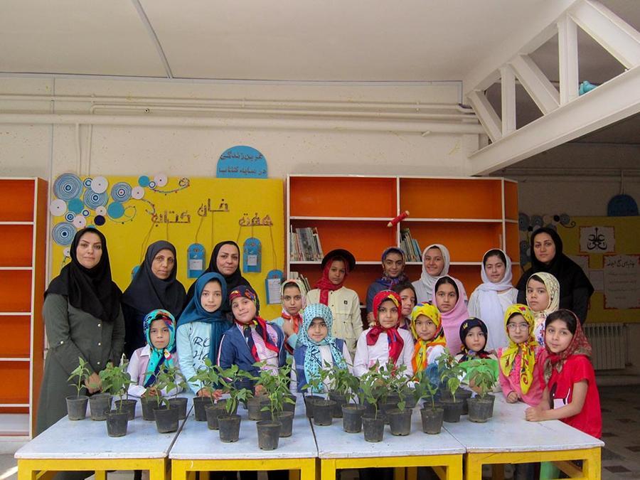 اجرای برنامه علمی کاشت گل و گیاه در مرکز شماره یک همدان