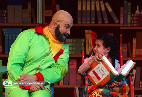 نویسندگان به تماشای نمایش «عمویِ عجیبِ بزرگِ کوچیکِ من» مینشینند