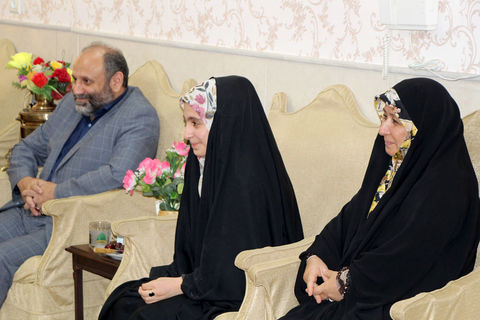 دیدار مدیرکل و کارشناسان کانون استان قم از خانواده شهید پرهیزکار