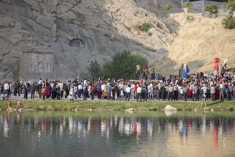 مراسم شادپیمایی عروسک ها در محوطه تاریخی تاق بستان برگزار شد
