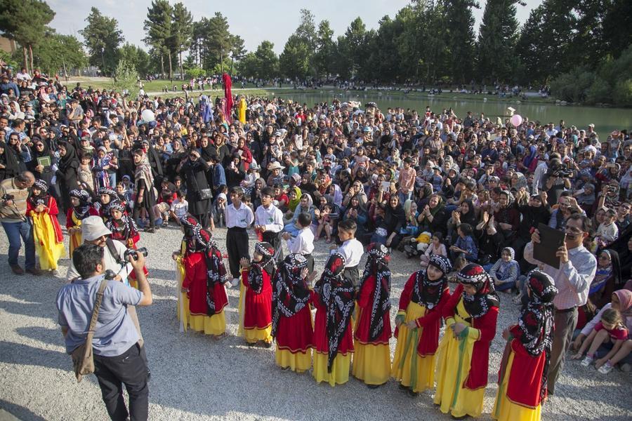 شادپیمایی عروسکها در تاق بستان کرمانشاه همزمان با دومین جشنواره ملی پویانمایی