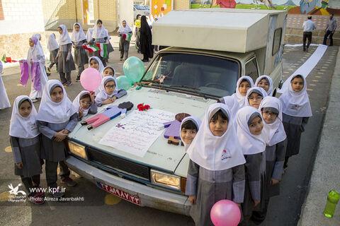 رژه خودروهای سیار همدان در اولین روز از هفته ملی کودک
