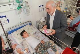 عیادت تنی چند از مسئولان استانی از کودکان بیمار در بخش اطفال بیمارستان شهید مطهری ارومیه به مناسبت هفته ملی کودک،