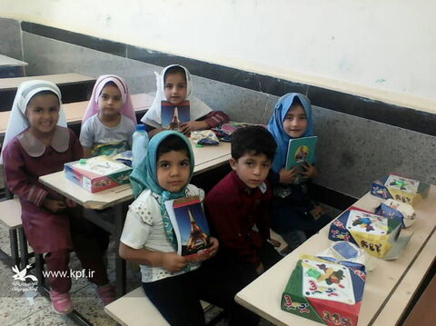 اهدا بستههای فرهنگی کانون بین کودکان روستاهای محروم بخش سوسن
